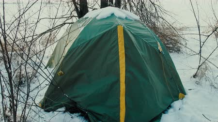 vándorlás : Life of hikers in winter, romance of youth, youth travel, outdoor adventure, stress testing. Night was snowfall and tent covered with snow 4K UHD
