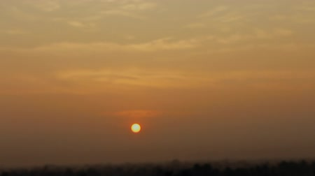 расплывчатый : Sunset in damp atmosphere of rainforest, horizon obscured by haze