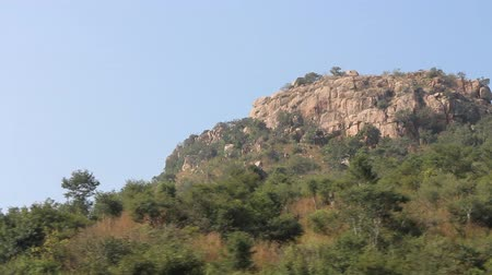 montanhoso : Ancient mountain country. Panorama of Deccan plateau (India) with Bush clad hills
