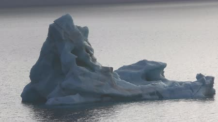 nepravidelný : Blue  Iceberg similar to form of iceberg Titanic (so-called weathered iceberg: pinnacled, irregular). British channel of Franz-Josef Land 2016