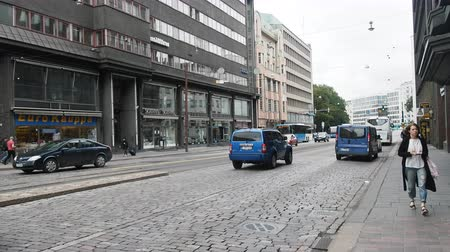 kikövezett : Helsinki , Finland - August 20, 2017: City - capital. Urban everyday life of Finns. Old pave, transportation, girls Stock mozgókép