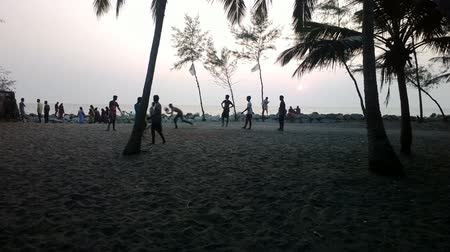 jogador de futebol : India, Kerala - December 27, 2015: Evening leisure of Indians. The Walk along the sea and street football