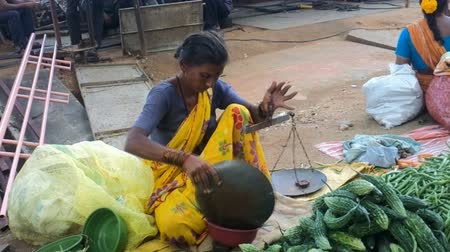 шелуха : India, Anantapur - February 1, 2016:  Indian woman trader of weighing green beans