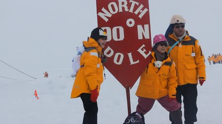 expedição : North pole - 2 July 2016:  joy of achievement. Chinese tourists at the North pole