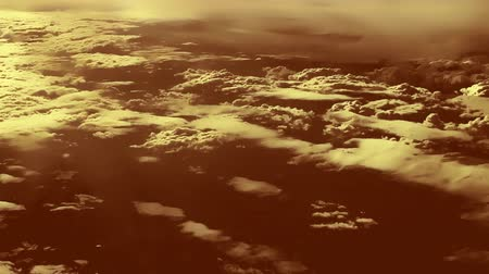 bulutluluk : High and low clouds from an airplane window. Troposphere of Earth, cloud water, sunny spells Stok Video