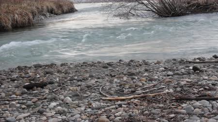 örvénylő : Whirl (eddy), river boil on fast mountain river. Low water level in winter, pebbly shallows. Caucasus