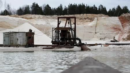 csikorog : Sand extraction, sand quarry sandpit sand occurrence. Extraction method of alluvium and pump, quarry, sand pit, opencast, opencast mine Stock mozgókép
