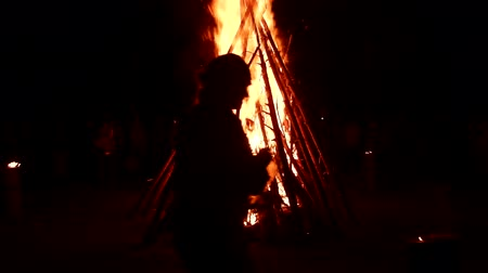 büyücü : Large bonfire, timber crib, tipi fire, hot fire. Red hot coals