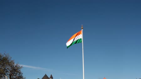 прапорщик : Indian national flag rinsing in the wind against the blue sky, national flag, state flag Стоковые видеозаписи