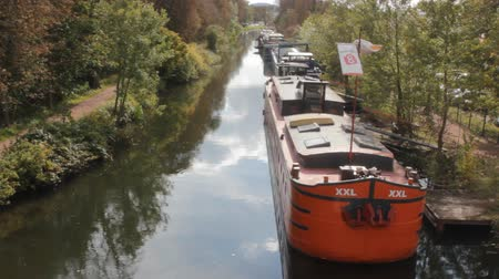 посылка : Metz, France - September 20, 2017: Waterhouse on canal in Park area. Under housing adapted old self-propelled barges