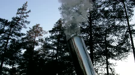 zapalovač : Smoking pipe and vertically rising column of smoke. Testimony of clear weather