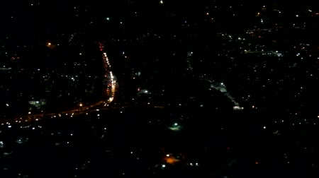 表示回数 : The night lights of the city twinkle in the dark under the wing of the plane, night flight 動画素材