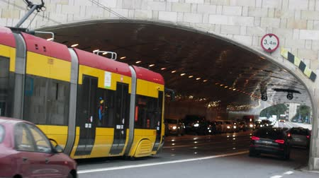 warschau : Warsaw, Polen - 7 September 2017: Tunnel met auto's en trams