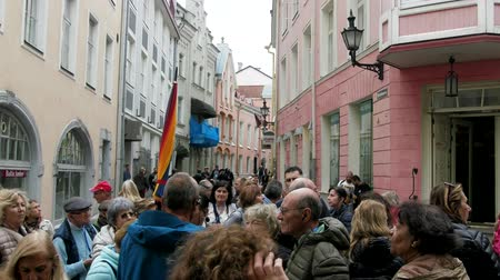 estreito : Tallinn, Estonia - September 1, 2017: Kesklinn, medieval streets of old town, narrow streets with a large group of tourists Stock Footage