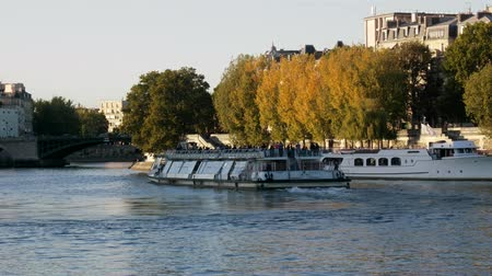 náutico : Paris, France - 24.09.2017: River trams with tourists on the Seine