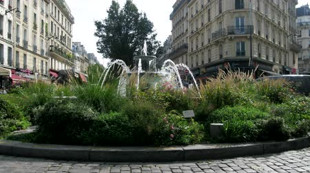 заподлицо : Paris, France - 24.09.2017: Classic fountain with two bowls in the middle of a round flower bed