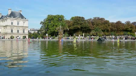 modelagem : Paris, France - 24.09.2017: Parisians let boats in the pond, scale modeling