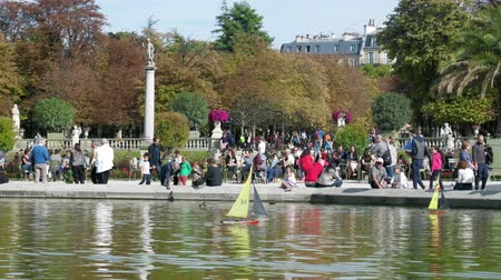 dětinský : Paris, France - 24.09.2017: Parisians let boats in the pond, scale modeling. Many Parisians vacationers
