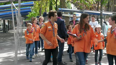 turistická atrakce : Paris, France - 24.09.2017: group of French scouts (young leaders and cub scout) on the streets, kids stuff