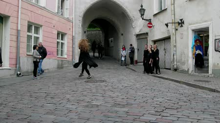 děje : Tallinn, Estonia - September 1, 2017: Girls dancers (in tights) dancing in the city center on the pavement, happening, city entertainment Dostupné videozáznamy