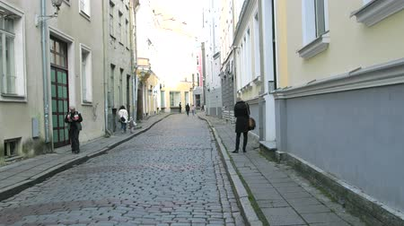 Észtország : Tallinn, Estonia - September 1, 2017: Old town with cobbled streets, passers-by on the streets
