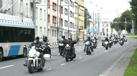 meio : Tallinn, Estonia - September 1, 2017: huge column of bikers in the city. Youth fashion and pastime. Motorcycle gangs Stock Footage