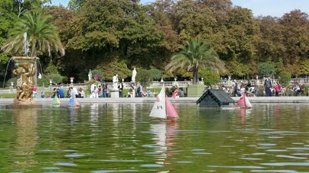 幼稚な : Paris, France - 24.09.2017: Parisians let boats in the pond, scale modeling. Many Parisians vacationers