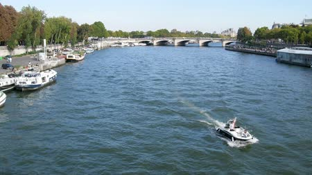 турель : Paris, France - 24.09.2017: river Seine with the bridge, pleasure ships and scooter Стоковые видеозаписи