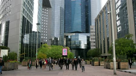штаб квартира : Paris, France - 24.09.2017: Defans as the largest business center and the center of technology in the construction of buildings of hyper architecture. Business people and office workers go home Стоковые видеозаписи
