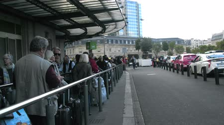 hodnost : Paris, France - 24.09.2017: Taxi queue at the Central railway station, taxi rank, peoples behaviour Dostupné videozáznamy
