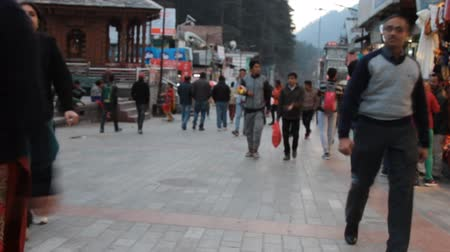 India, Manali - March 13, 2018: evening atmosphere of a small town near Himalayas Wideo