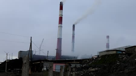 nikl : Metallurgical plant in the North. Smoking chimneys, polluted air, ore tailings, surrounding the earth is lifeless Dostupné videozáznamy