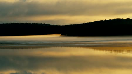rozpouštění : Misty calm evening on the forest lake is illuminated by the colors of sunset, melting ice, reflection in the water mirror. Spring in the Arctic North. Scandinavia, Lapland Dostupné videozáznamy