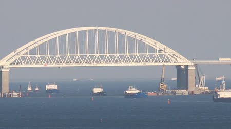 クリミア半島 : Crimean bridge road across Kerch Strait with leading cargo ships. Sea gate to the Azov sea