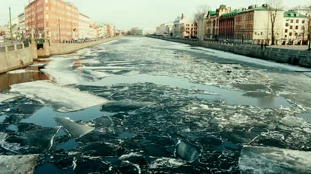 período : Springtime, sign of spring. Ice drift (debacle) on the channel in the Northern town of St. Petersburg, Russia Vídeos