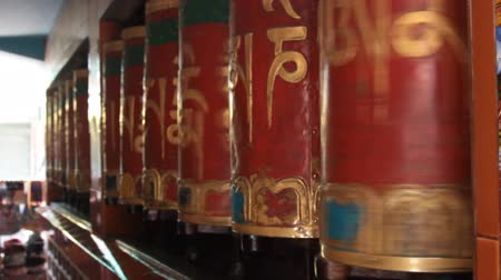 kultusz : Buddhist prayer wheel Hurde. Prayer drums in a Buddhist sanctuary. India, Madhya Pradesh
