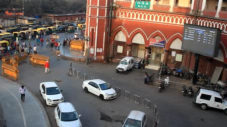 India, new Delhi - March 26, 2018: Station square with transport and passers-by. Top view Wideo