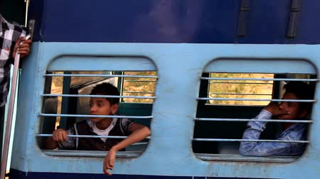 tampon : India, Khajuraho - 23 March 2018: passengers of super fast Express train in India rush past platform