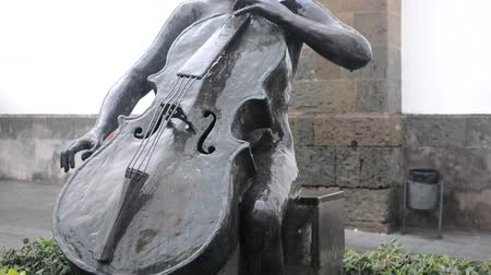 cselló : Bronze statue of girl playing a cello, Agüimes, Gran Canaria