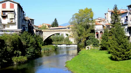 spanyolország : Old Stone bridge over a river, Ripoll, Girona, Spain