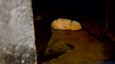 kidolgozása : Elaboration of artisan bread in a stone oven