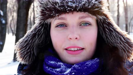 pletený : 4K Close up shot of a blue eyed girl throwing up snow and smiling Dostupné videozáznamy