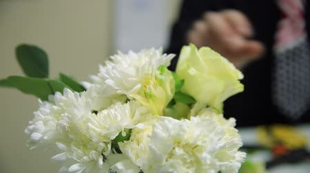 monteren : HD CLose up shot of the composition of chrysanthemus with a yellow rose Stockvideo