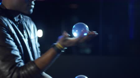 balanceamento : 4K Magician shows quickness of his hand with balls