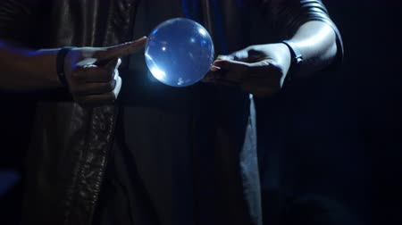 feiticeiro : 4K Magician pulls up a turning ball using just fingers