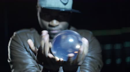 habilidade : 4K Magician looks straight on the ball rolling in his hands