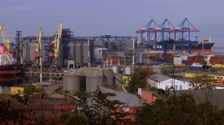 descarga : 4K General view of the cargo port with lifting devices