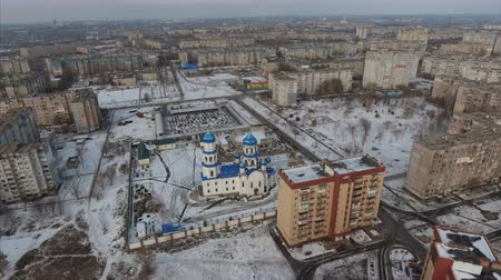 пригородные : 4K Areal shot of the suburbs. The orthodox church with blue domes Стоковые видеозаписи