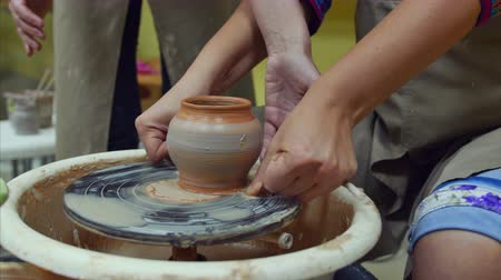 clay pot : 4K The pot is cut off with a string from a potters wheel Stock Footage