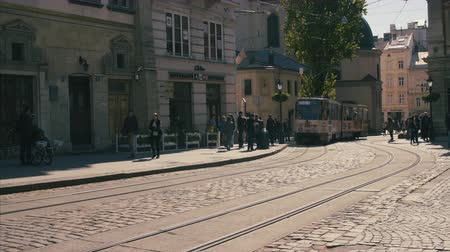 narożnik : The close up shot of the road with tracks. The tram is coming from the corner Wideo